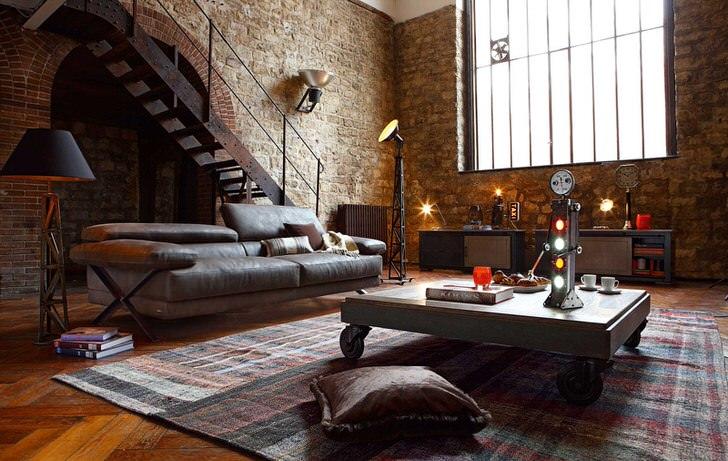 Сто процентный, неподдельный стиль лофт в помещении бывшей мастерской. Находка хозяина-тяжеловесный диван-монстр.