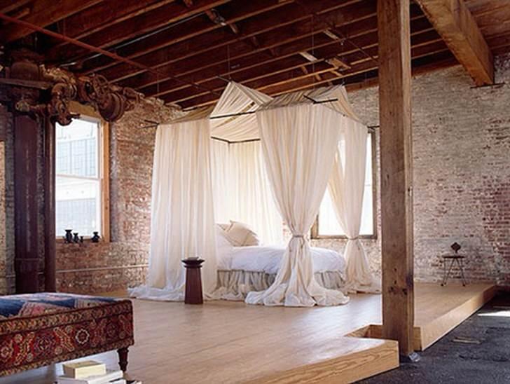 """Стиль лофт предлагает хозяину неординарного помещения """"заигрывать"""", шутить с интерьером. Возможно всё-кушетка в арабском стиле и подобие королевской кровати."""