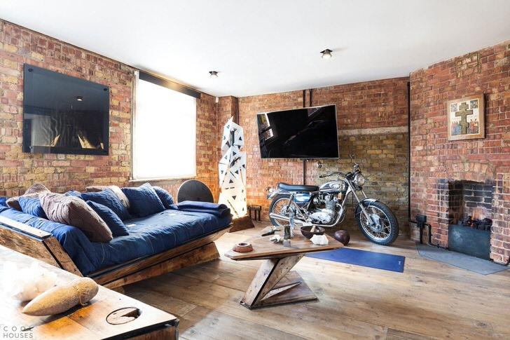 """В такой студии место байкеру-художнику и его шумным друзьям. Мебель подобрана дизайнером для """"грубого"""" лофт."""
