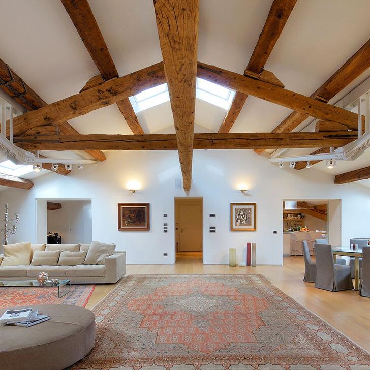 Просторное помещение чего то заброшенного превратилось в уютный холл. Столовая зона и зоны отдыха на таком пространстве могут иметь разные стили как на фото.