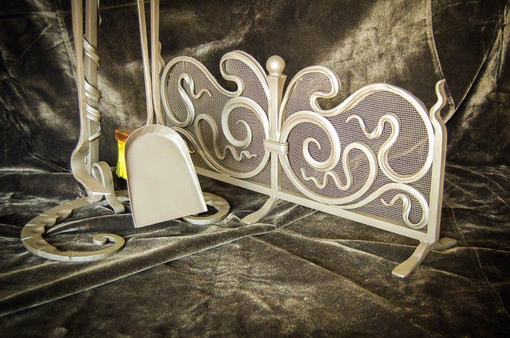 Все большую популярность приобретают кованные изделия для камина.