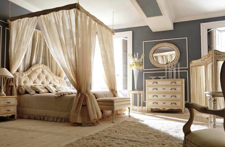 Большая кровать под балдахином в спальне барокко.