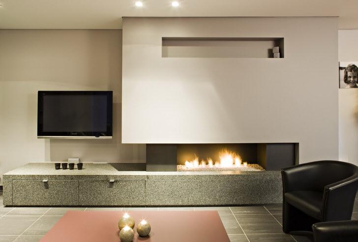 Газовый камин в гостиной в стиле минимализм