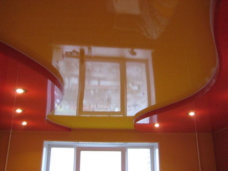 Для такой комнаты главное органично подобрать мебель и гардины со шторами.