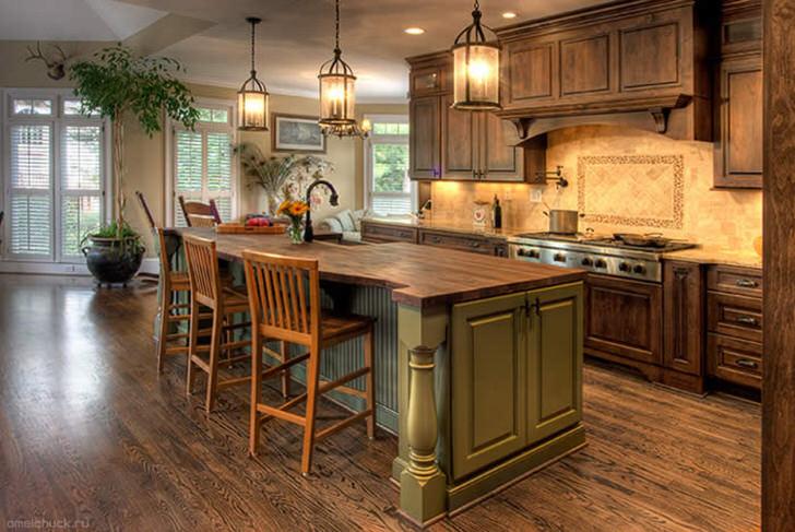 Большая кухня в стиле кантри с массивной деревянной мебелью. Отличное сочетание цветов - оливкового и темно-коричневого.