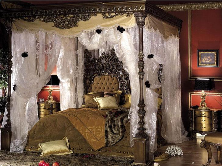 Роскошная спальня в барокко стиле. В центре композиции стоит массивная кровать под балдахином.
