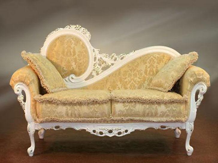 Резная спинка дивана и нежно-бежевая обивка с едва заметным орнаментом в лучших традициях барокко.