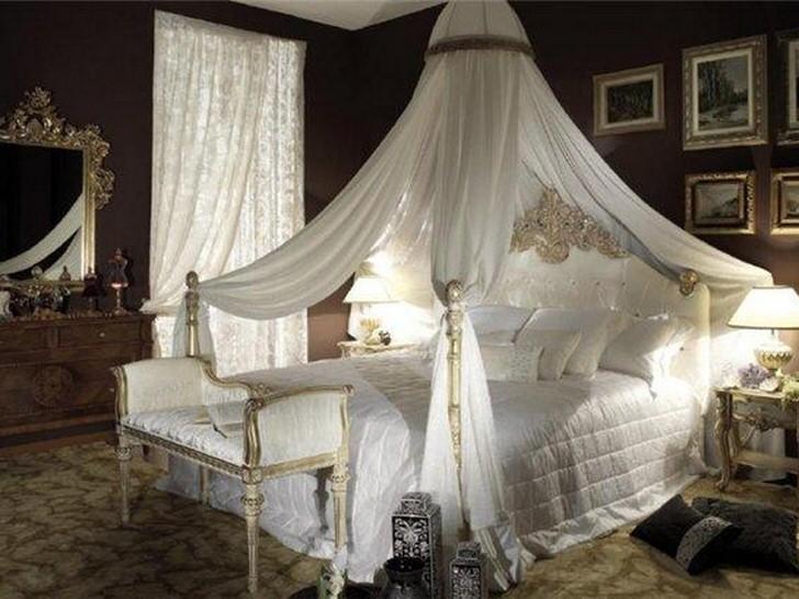 Низкий балдахин для белоснежной кровати.