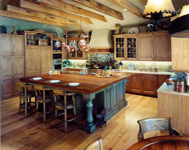 В лучших традициях кантри в оформлении кухонного пространства преимущественно использованы натуральные материалы.