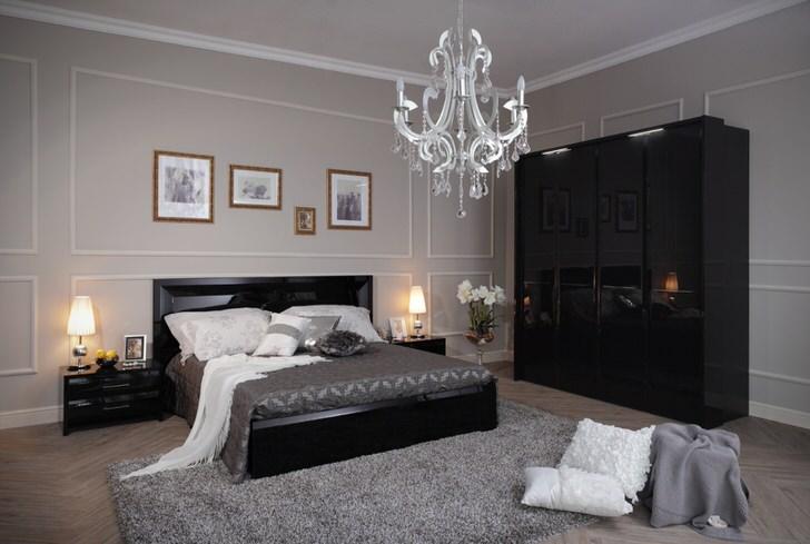 Уютная и стильная спальная комната в стиле хай-тек, выполненная в светло-серых тонах, с контрастной черной мебелью.