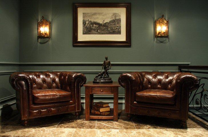 Для кабинета джентльмена в английском стиле характерна массивные кожаные кресла и строгие черты интерьера.