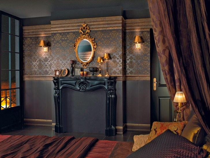 Темно-коричневые обои для спальни в стиле барокко. Панно на всю стену украшено симметричными золотыми узорами.