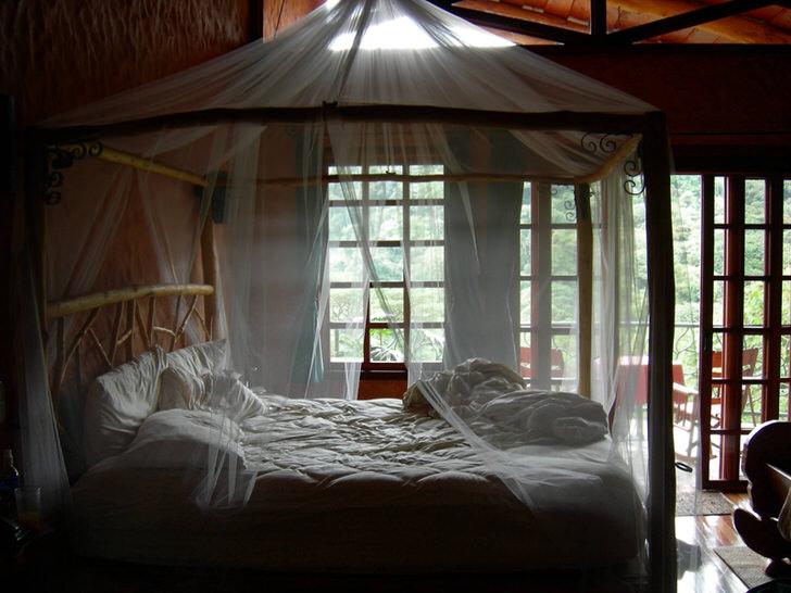 Прозрачный, тонкий балдахин в спальне загородного дома на юге Италии.