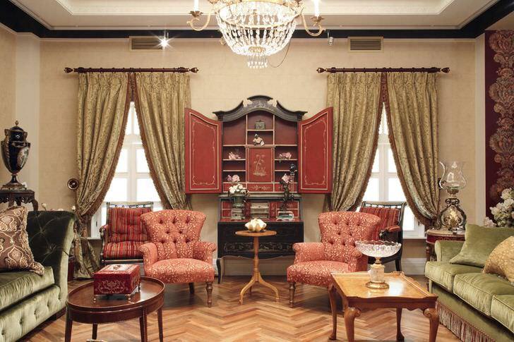 Узнаваемые черты индийских мотивов в обстановке роскошной гостиной.