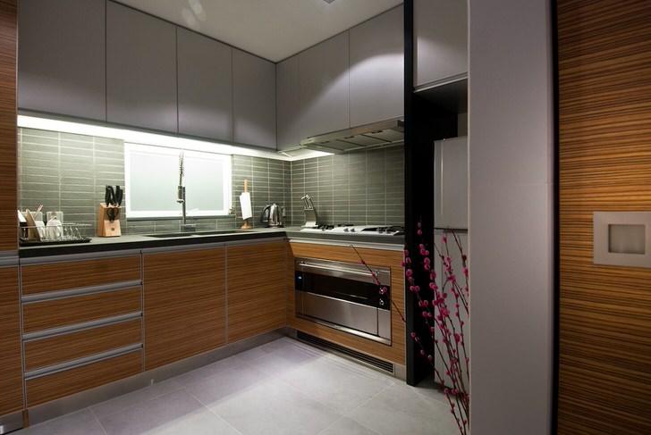 Отличительная черта стиля-светло серые тона интерьера, строгие линии мебели и современная бытовая техника.