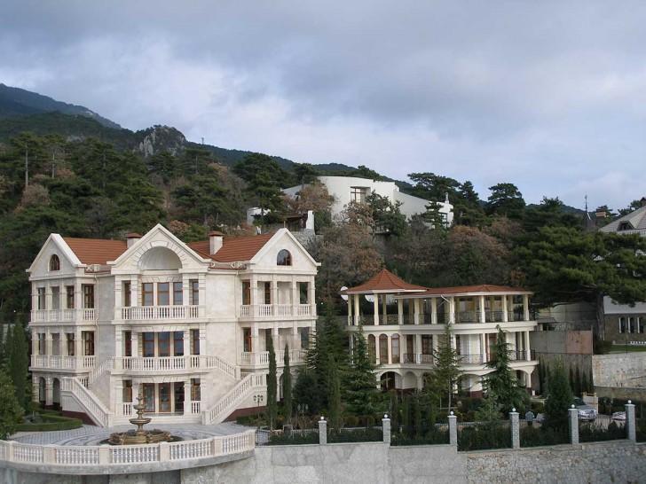 Интересны две симметричные парадные лестницы, выполненные в лучших традициях стиля барокко.