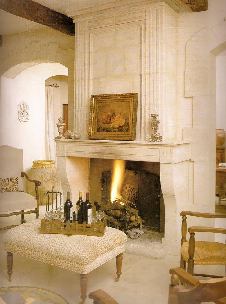 Камин в стиле кантри в загородном доме на берегу Средиземного моря.