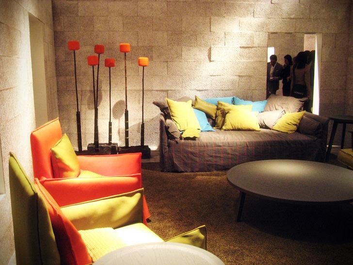 Небольшая, но уютная гостиная в авангардном стиле. Отличное решение для традиционной городской квартиры.