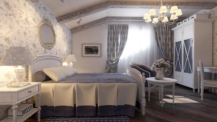 Спальня в стиле кантри выполнена в приглушенных голубых тонах. Стена у изголовья кровати оклеена обоями с цветочным рисунком.