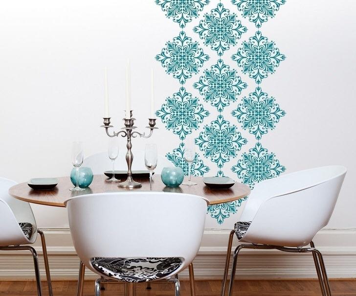 Оформление части стены орнаментом из виниловых наклеек оживило интерьер просторной гостиной.