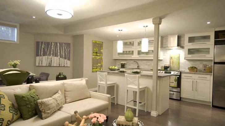Интересный дизайн просторной кухни-студии в светло серых тонах. Достойно внимания барная стойка разделяющая помещение на две зоны.
