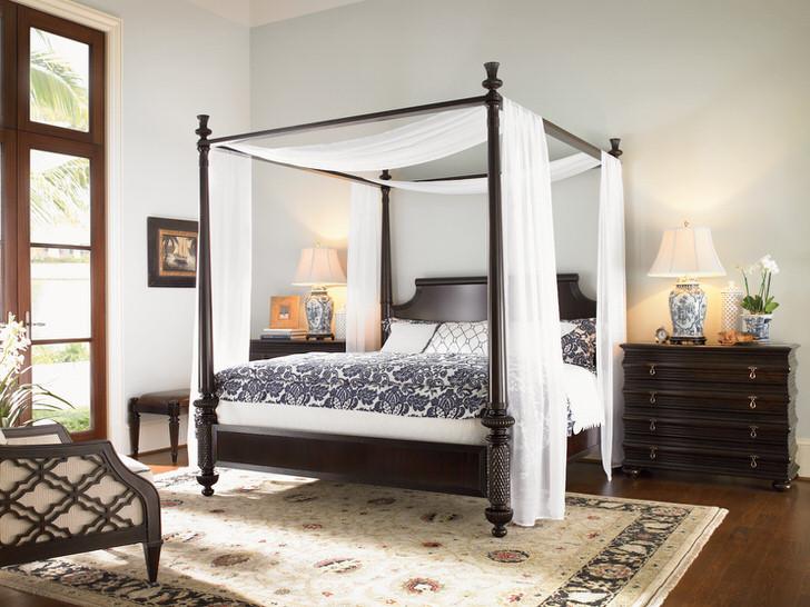 Декоративный балдахин над кроватью в небольшой спальне.