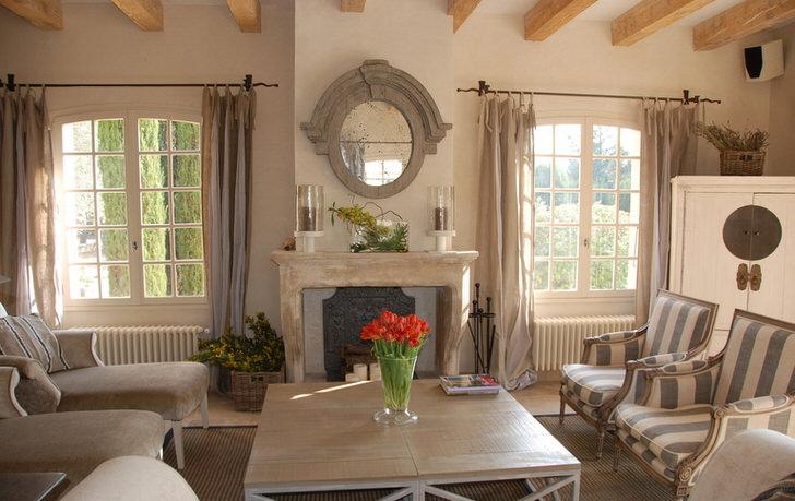 Гостиная комната в стиле кантри с нотками романтизма. Красивые большие окна и по-домашнему комфортная мебель. Отличная идея для большой семьи.