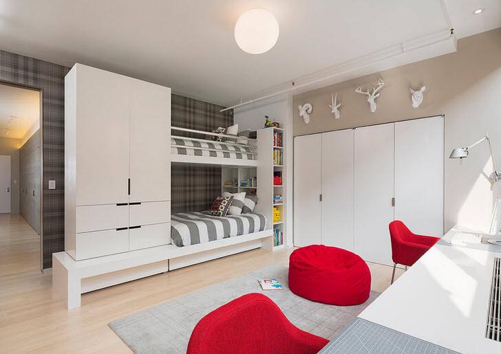 Большая детская комната в стиле хай-тек для двойни. Внимание притягивает мебель красного цвета и гардероб, монтированный в стену.
