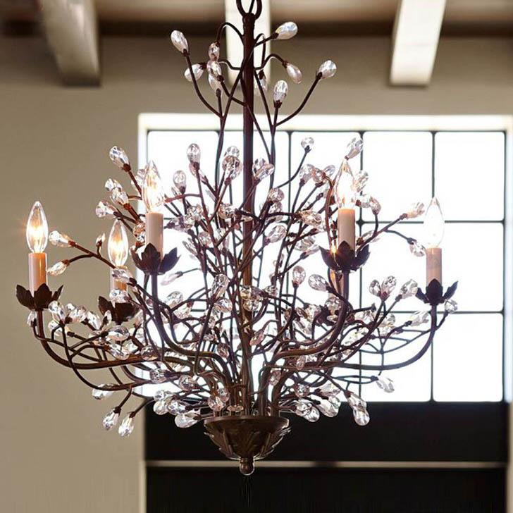 Правильный пример люстры, имитирующей ветви дерева, для комнаты в кантри стиле.