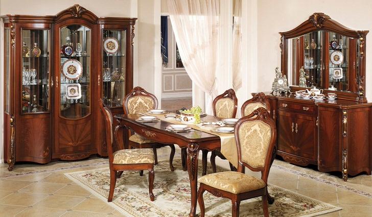 Классическая мебель для гостевой комнаты барокко. Интересно сочетание темного дерева и светло-бежевой отделки.