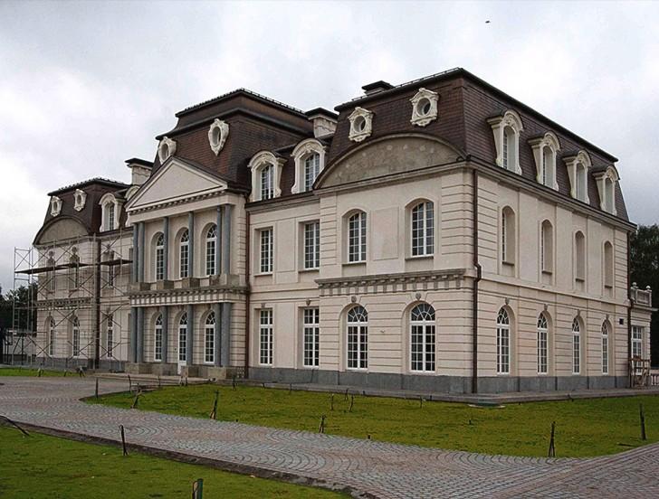 Фасад дома напоминает о средневековых временах. Главной изюминкой здания в стиле барокко стали арочные окна.