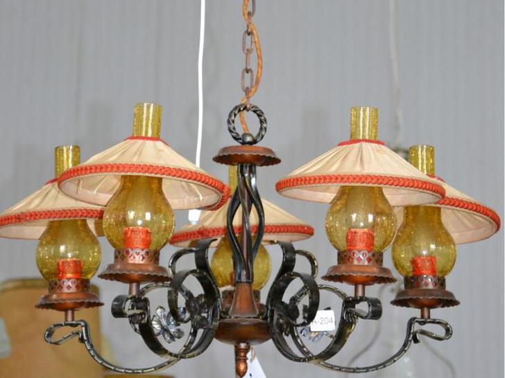Идея для создания люстры была позаимствована из деревенского домика. Интересная модель для оформления гостевой комнаты в кантри стиле в охотничьем домике.