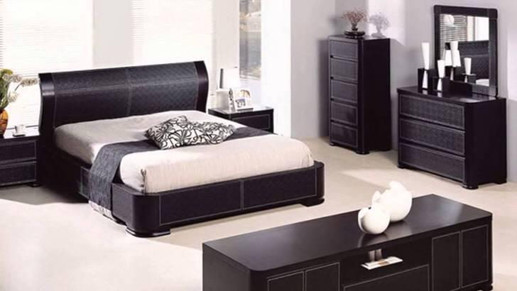 Функциональная спальня с панорамными окнами не отягощена лишним декором.