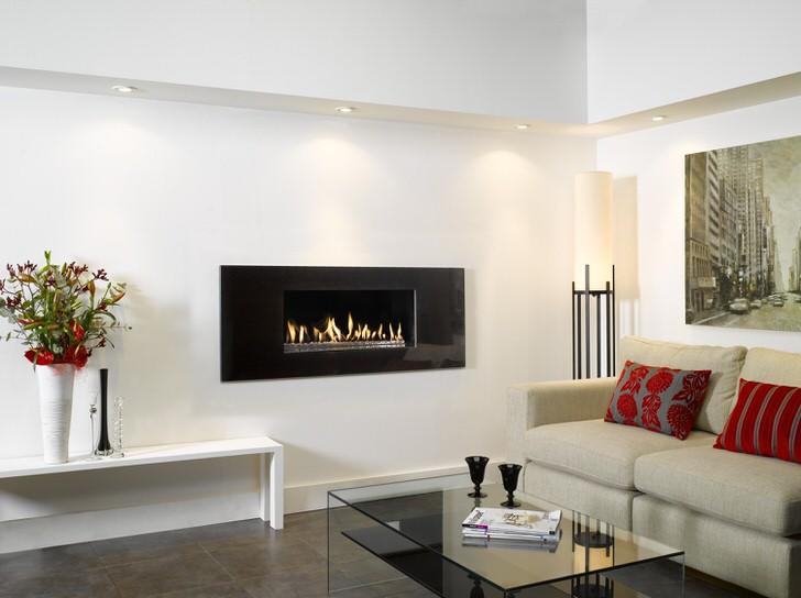 Гостиная была бы скучна без встроенного в стену камина. Продумывайте размещение камина перед строительство дома.
