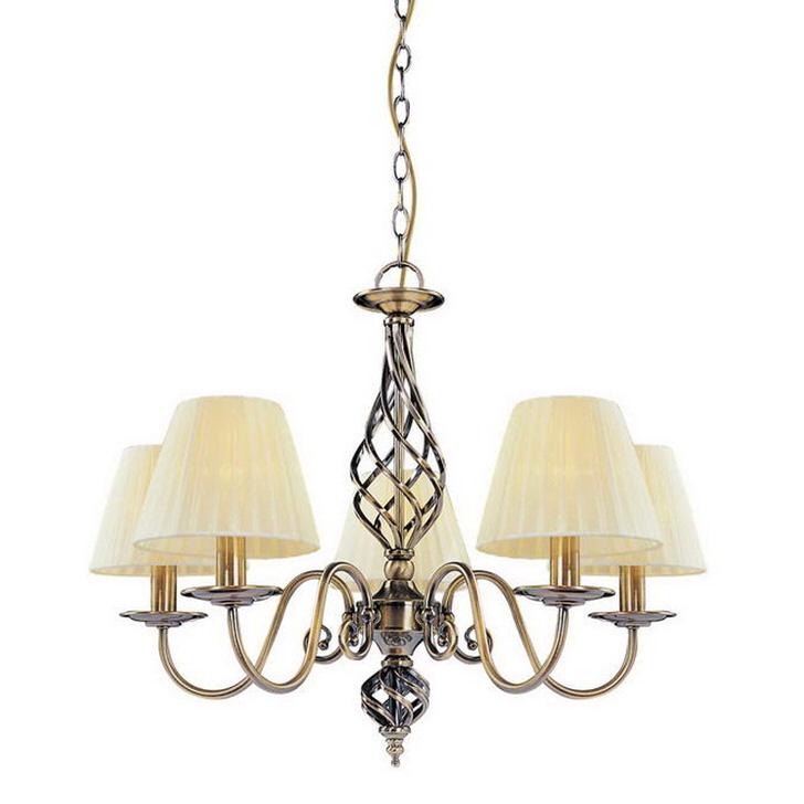 Незамысловатая люстра на пять ламп идеально впишется в интерьер детской комнаты в стиле кантри.