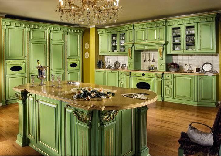 """Гостиная в нежных тонах """"парижская зелень"""", мраморные столешницы, и изысканная хрустальная люстра."""