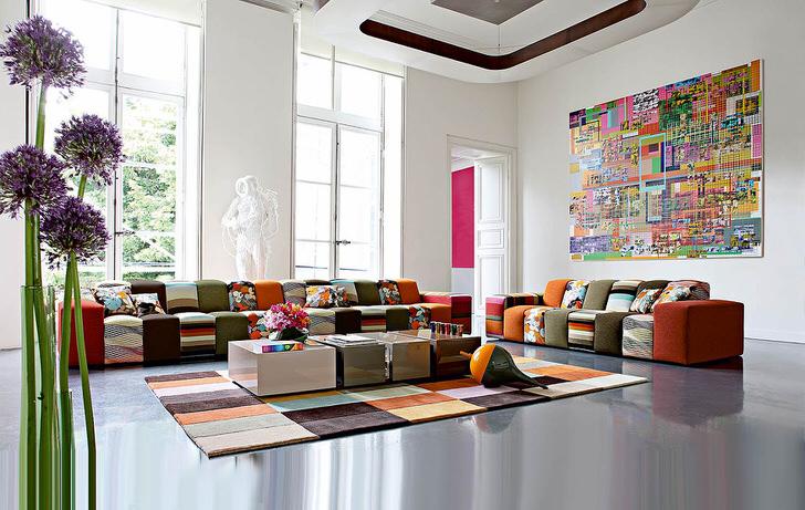 Красочная гостевая комната в стиле авангард в большом доме итальянской семьи. Дизайнерская идея грамотно сочетает в себе ковровое покрытие и мебель приблизительно одинаковой цветовой гаммы.