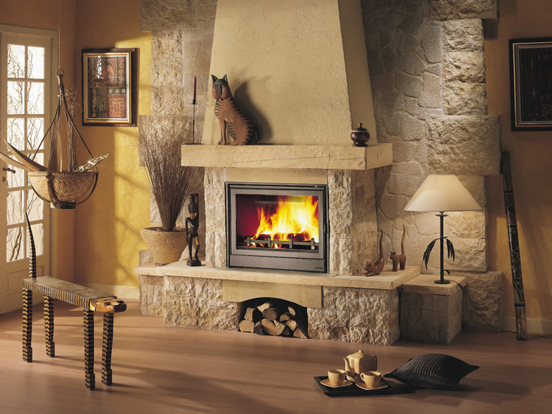 Изящный камин в грубой отделке из кирпича идеально смотрится в гостиной в стиле кантри.