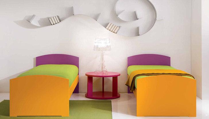 Комнату для детей в стиле хай-тек украшает интересная полка. Дизайнерская идея сочетает в себе множество ярких цветов. Отличная идея для детской комнаты.