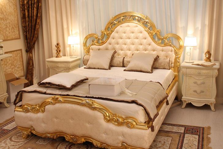 Спинки кровати оббиты нежным шелком бежевого цвета в соответствии с требованиями стиля барокко.