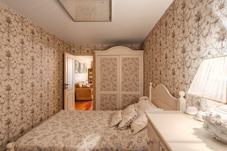 Уютная кантри спальня в небольшом загородном доме на юге Италии.
