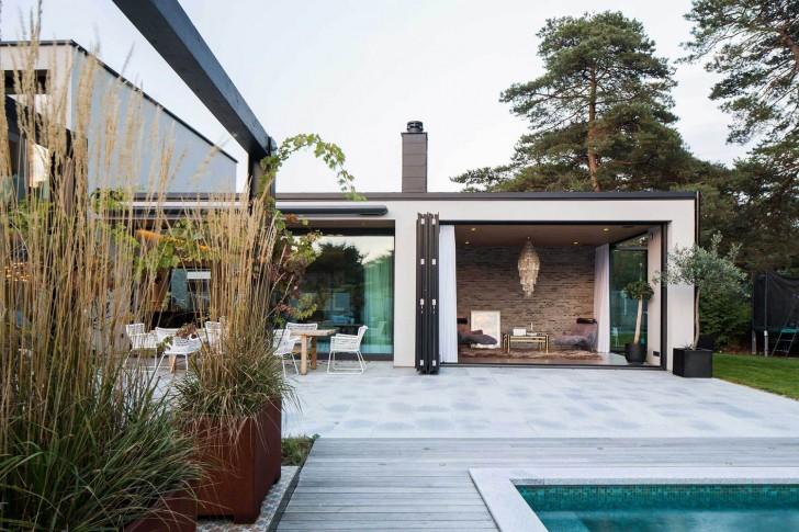 Открытая веранда в доме с концептуальной мебелью в стиле хай-тек.