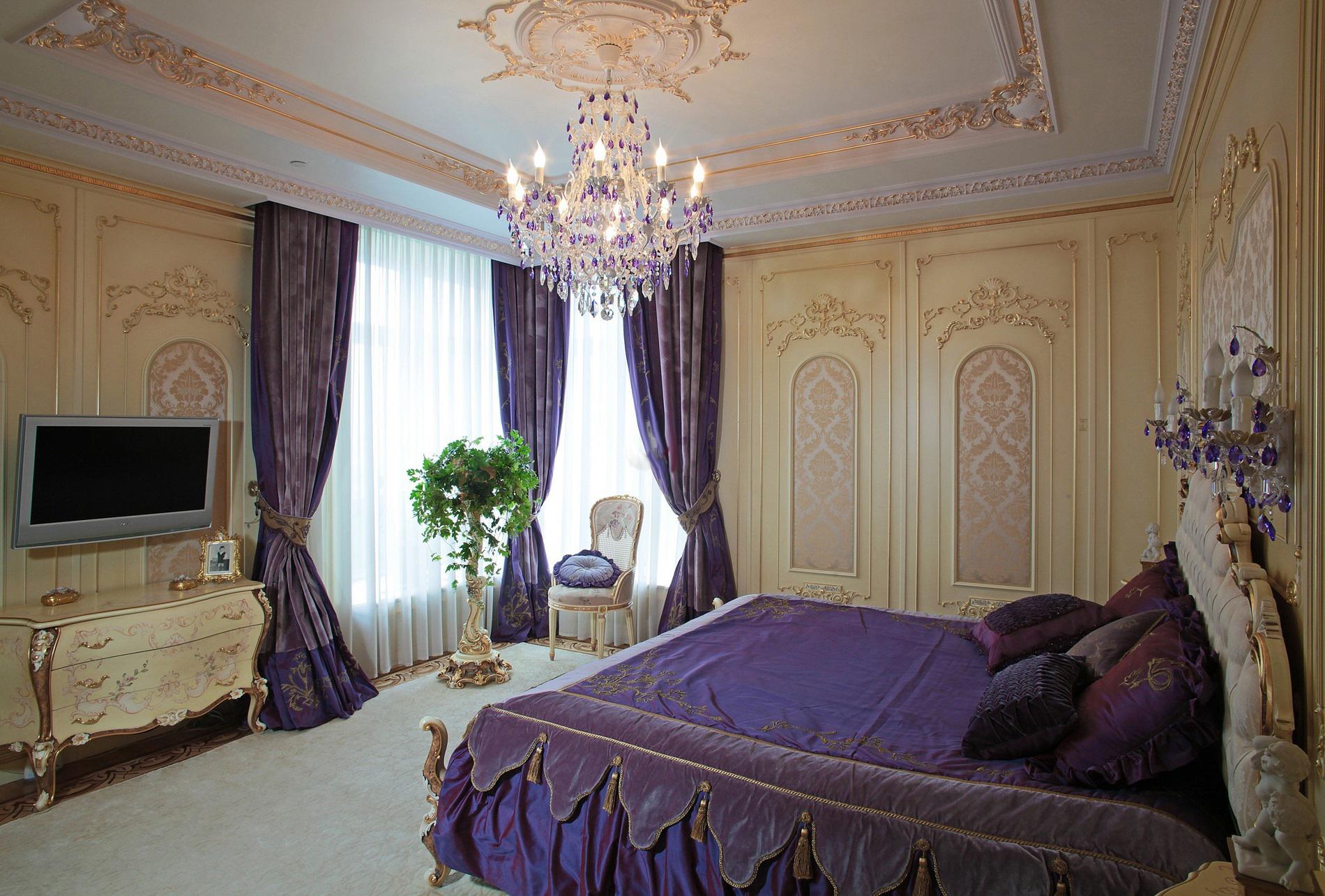 Стильная спальная комната в стиле барокко. Тонкий дизайнерский замысел - темно-фиолетовые шторы сочетаются с постельными принадлежностями, подобранными в тон.