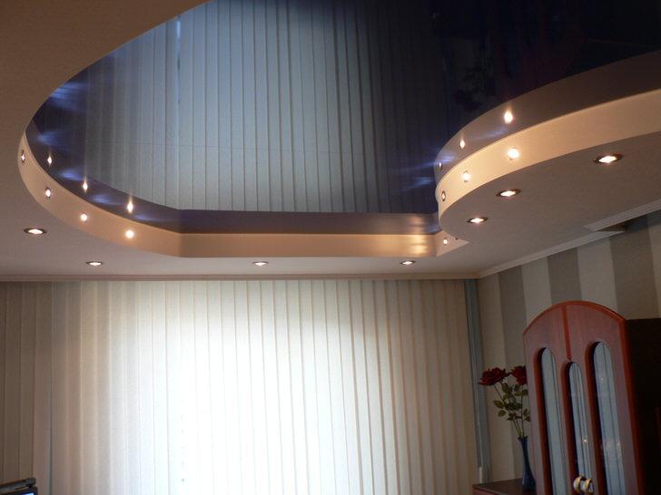 Первое впечатление-подсвеченное ночное небо. Современные технологии монтажа натяжных потолков и возможности точечного освещения позволяют воплотить любые фантазии.