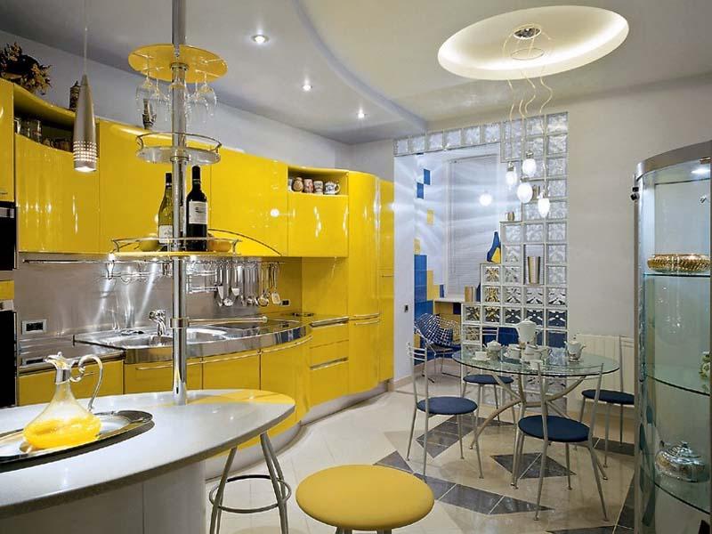 В лучших традициях стиля авангард подобрана мебель для кухни. Кухонный гарнитур желтого цвета не только практичный и функциональный, но и стильный.