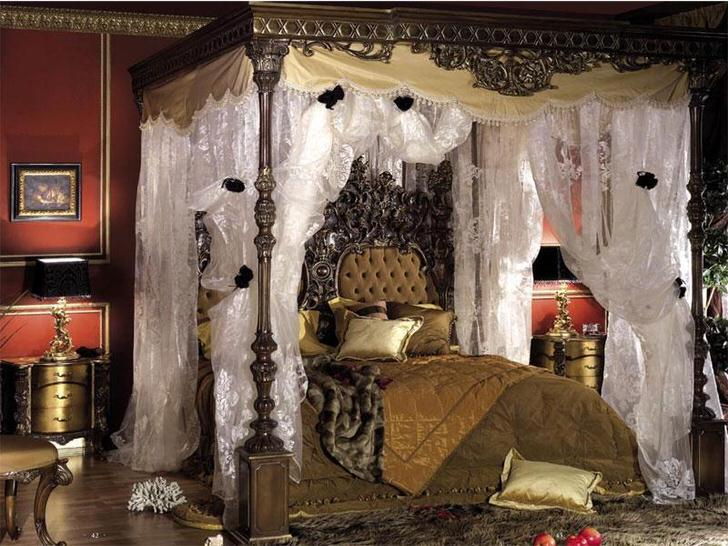 Грамотное оформление спальной комнаты барокко в темной цветовой гамме.