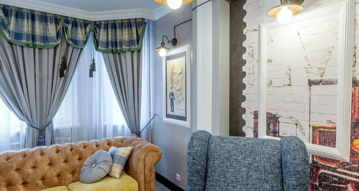 В современном интерьере гостиной молодой артистической семьи всегда всегда можно найти традиционные черты. Обратите внимание на диван Честер, шторы из тяжёлого текстиля и палитру цветов в отделке стен.