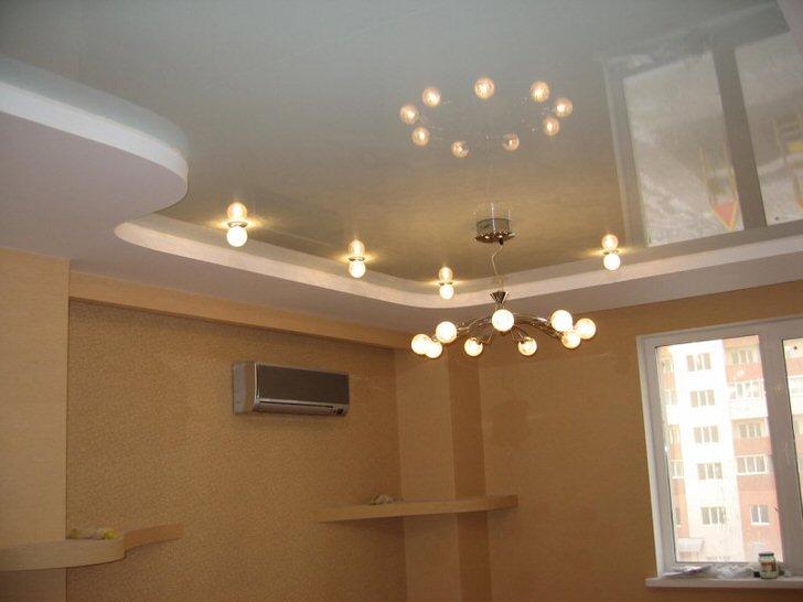 Двухуровневый натяжной потолок для комнаты-студии.