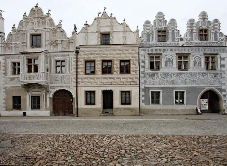 Деревянные оконные рамы в доме, выполненном в стиле барокко.