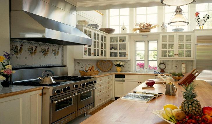 Большая,светлая кухня чуть-чуть в стиле кантри с внушительной рабочей зоной. Накормим всех...